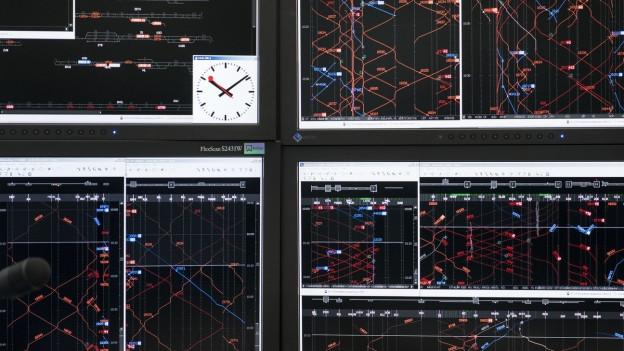 Bildschirme in einem Betriebszentrum der SBB zeigen Zugsbewegungen der an.