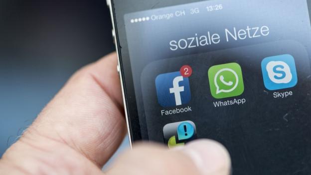 Der Bildschirm eines Mobiltelefons mit der Facebook App.