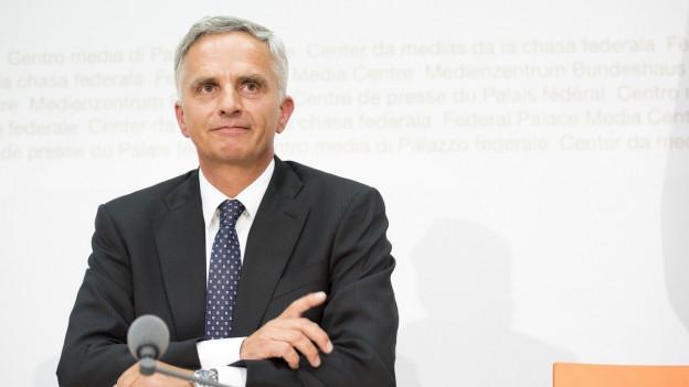 Bundesrat Didier Burkhalter spricht an der Pressekonfernz über seinen Rücktritt.