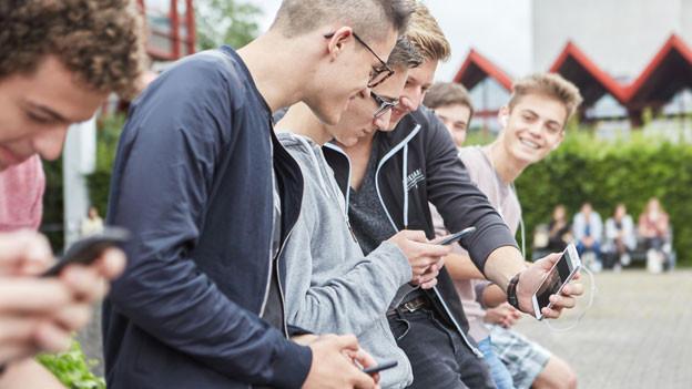 Symbolbild: Jugendliche auf Pausenplatz