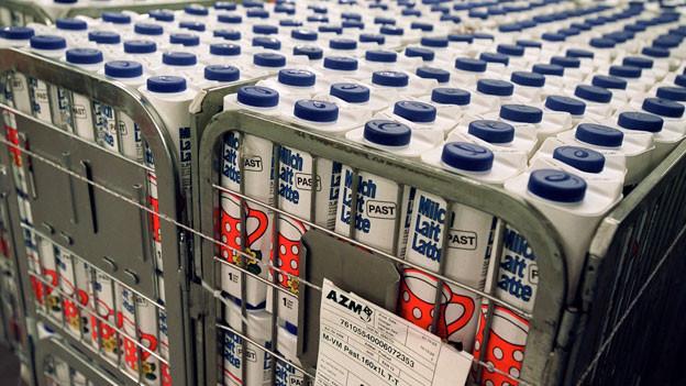 Gestapelte Milch, transportbereit für die Lieferung zur Migros.