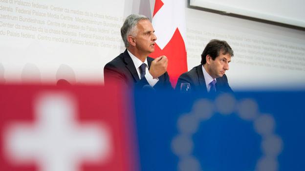 Bundesrat Didier Burkhalter (links) spricht neben Bundesratssprecher Andre Simonazzi an einer Medienkonferenz über die Prioritäten in Bezug auf die Beziehungen mit der Europäischen Union EU am 28. Juni 2017 in Bern.