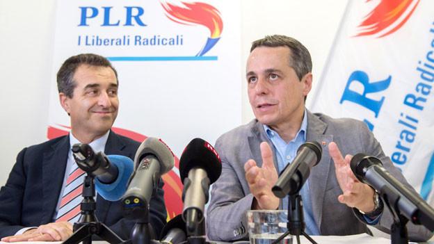 Ignazio Cassis, Nationalrat (rechts) und Bixio Caprara, Präsident der FDP Tessin, sprechen mit Journalisten an der Medienkonferenz zur Bundesratskandidatur der FDP am Dienstag, 11. Juli 2017 in Camorino, Tessin.