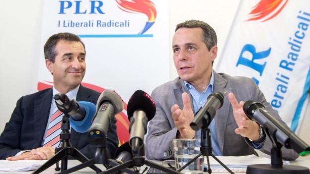 Bundesrats-Kandidat Ignazio Cassis und der Präsident der Tessiner FDP an der Medienkonferenz.