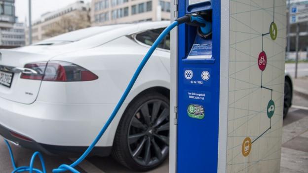 Auch wer ein Elektro-Auto fährt, soll künftig den Unterhalt der Strassen mitfinanzieren.