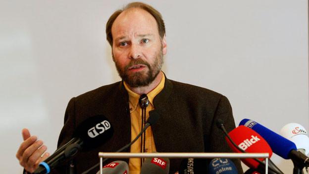 An der Medienorientierung in Chur zum Abschluss des Bären M 3 im Puschlav referiert Reinhard Schnidrig, Chef Sektion Jagd und Fischerei im BAFU am 20. Februar 2012.