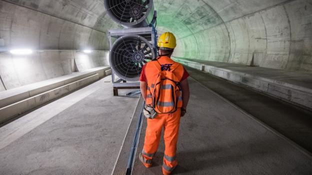 Im Ceneri-Basistunnel hat der Einbau der Bahntechnik begonnen.