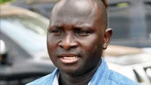 Ousman Sonko, der ehemalige Innenminister Gambias, blickt ernst in die Kamera. Die Schweizer Bundesanwaltschaft erhebt neue Vorwürfe gegen ihn.