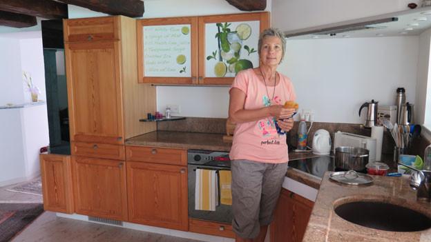 Luisa Rösli in der Küche in ihrem Haus in Obstalden im Kanton Glarus.