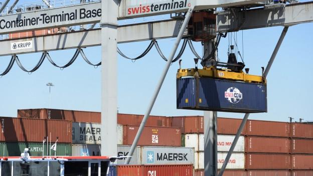 Ein Hafenkran verlädt Container auf ein Schiff. Normalerweise transportiert die Rheinschifffahrt wöchentlich 300 Container. Aktuell sind es 600 bis 700 pro Woche.