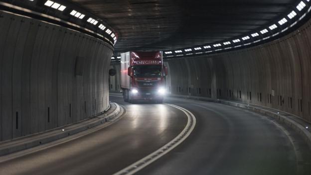 Ein Lastwagen im Gotthard-Tunnel