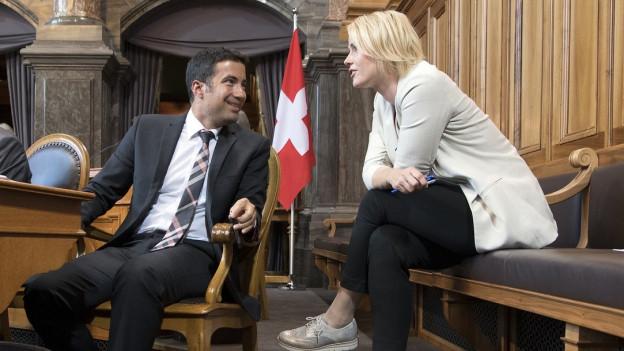 FDP-Ständerat Andrea Caroni spricht im Ständeratssaal mit SVP-Nationalrätin Nathalie Rickli.