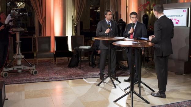 Gerhard Pfister, Parteipräsident CVP (links) und Roger Nordmann, Fraktionspräsident SP sprechen am abend vor der Wahl mit einem Journalisten im Hotel Bellevue in Bern.