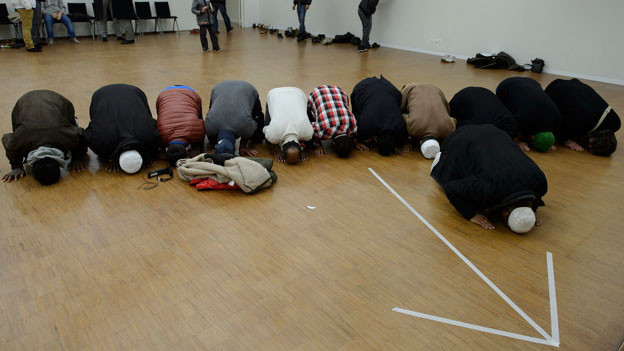 Betende am Kongress des IZRS Islamischer Zentralrat Schweiz.