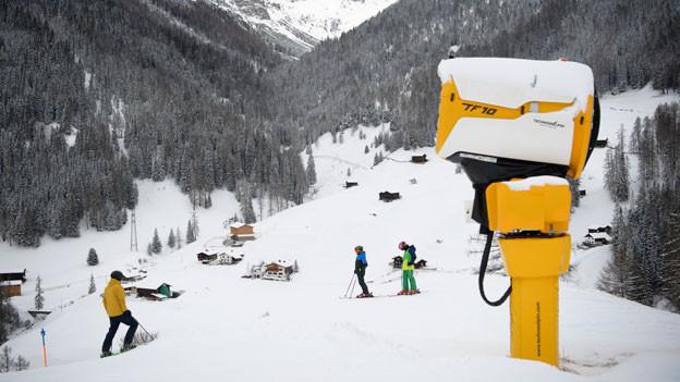 Schneekanone auf einer Skipiste in Davos.