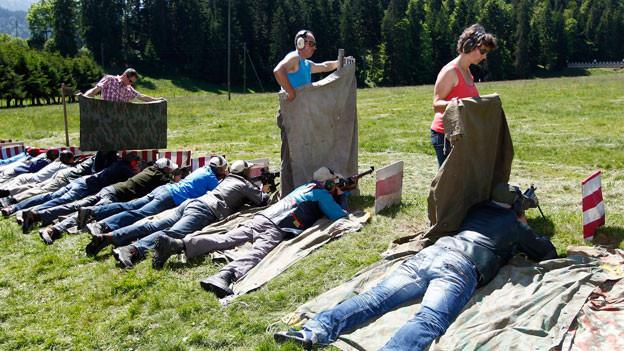 Schützen absolvieren ihre Schiessübungen beim Eidgenössischen Feldschiessen.