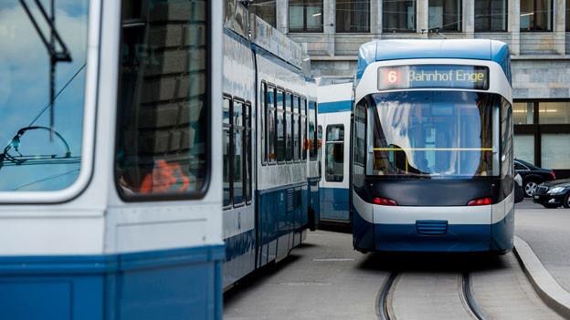 Die Verkehrsbetriebe Zürich (VBZ) haben ihre Chauffeure in einem Brief vor dem Gebrauch von Smartphones und Tablets am Steuer gewarnt.
