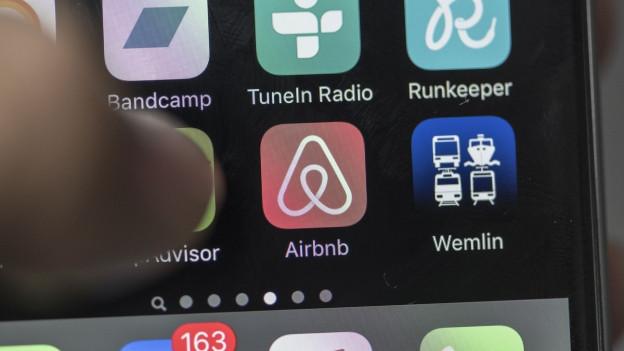 Mit der Airbnb-App lassen sich wie hier im Bild via Smartphone Wohnungen mieten und vermieten. In der Schweiz läuft dieses Geschäft: 80'000 Betten konnte man diesen Sommer hierzulande mieten, doppelt so viele wie noch vor zwei Jahren.