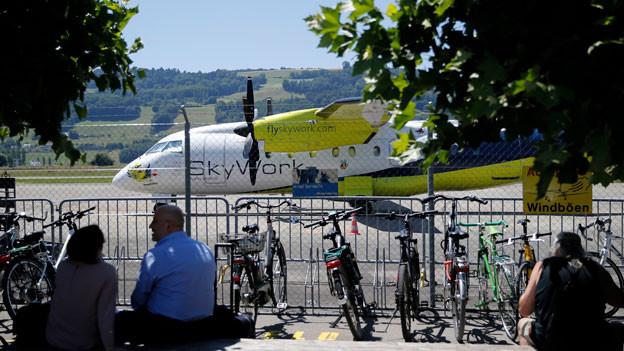 Ein Flugzeug von Skywork Airlines steht auf dem Flughafen Bern-Belp.