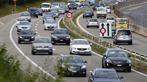 Autos auf der Autobahn A1.