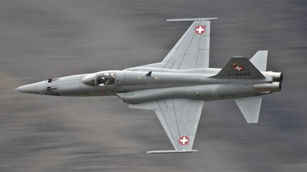 Ein Tiger-Kampfflugzeug fliegt vor einem verschwommenen Hintergrund. Um die Tiger-Jets zu ersetzen, will der Bundesrat jetzt neue Flugzeuge beschaffen.