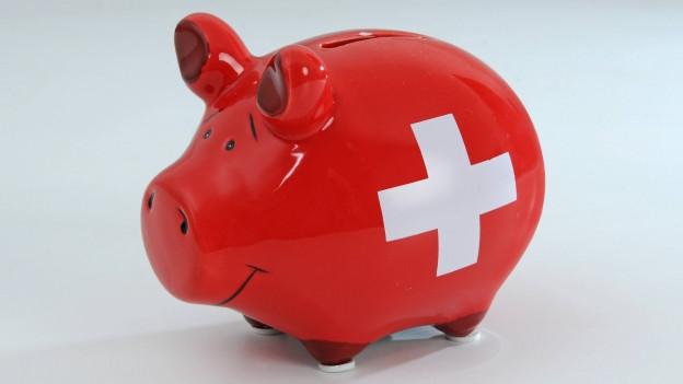 Ein Sparschwein mit Schweizer Kreuz auf dem Bauch steht vor einem neutralen Hintergrund. Wie sinnvoll ist sparen? Darüber diskutieren dieser Tage Ständerat und Nationalrat.