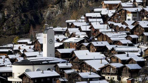 Das Bild zeigt das Walliser Dorf Albinen.