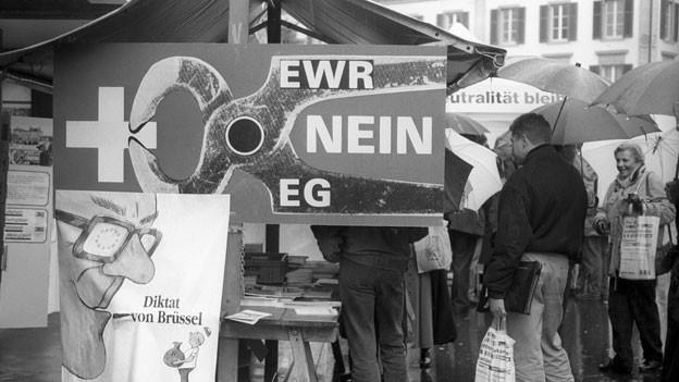 Ein Abstimmungstand und Plakate der Gegner der Abstimmungskampagne zum EWR-Beitritt, aufgenommen im November 1992.