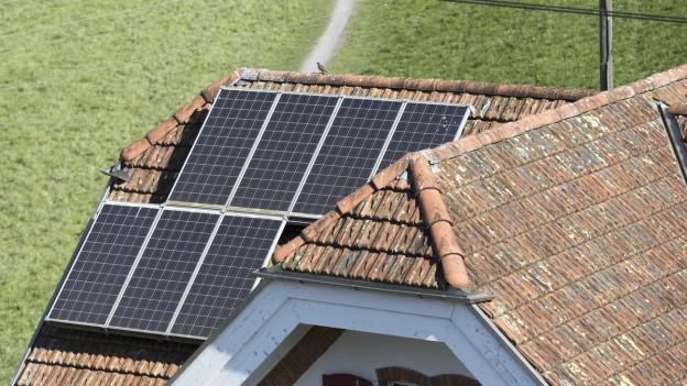 Solaranlage auf dem Dach eines Hauses.