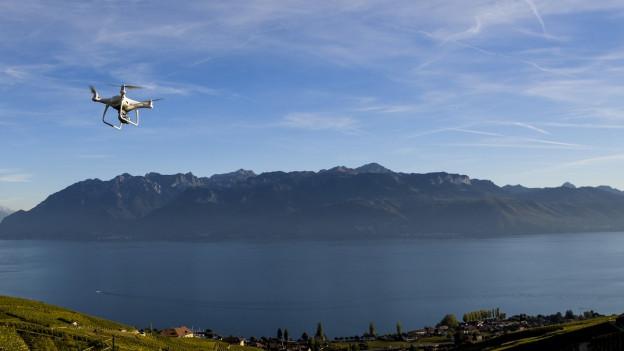 Eine Drohne über dem Lac Leman.