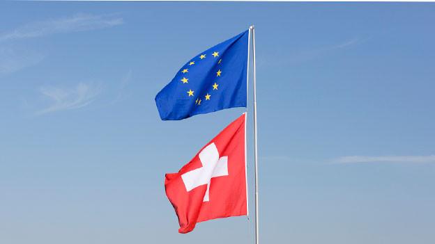 Fahne der EU und der Schweiz.