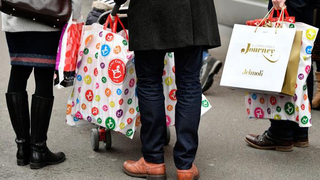 Wenn Leute eine Arbeitsstelle haben, verdienen sie Geld, können mehr konsumieren; das kurbelt die Wirtschaft weiter an. Bild: Weihnachtseinkauf an der Zürcher Bahnhofstrasse.