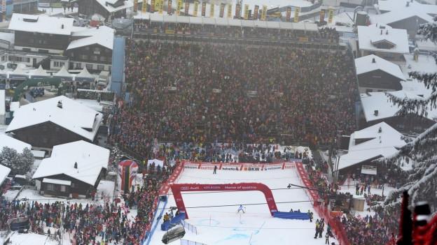 Der Zielbereich der Ski-Weltcuprennen in Adelboden aus der Vogelperspektive, die Tribüne ist voll.