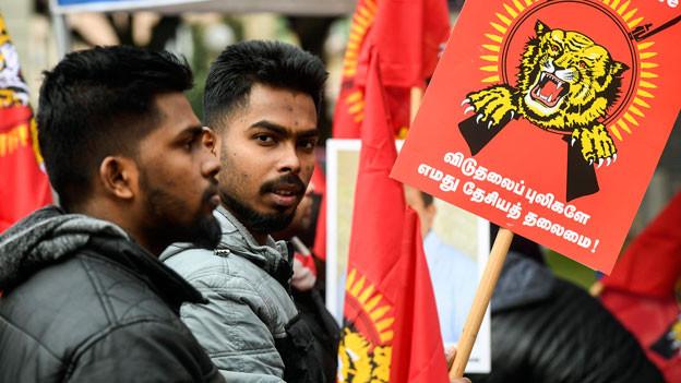 Zum Auftakt des Prozesses gegen 13 mutmassliche Unterstützer der Liberation Tigers of Tamil Eelam (LTTE) demonstrieren Sympathisanten der Tamil Tigers auf der Piazza della Foca in Bellinzona.