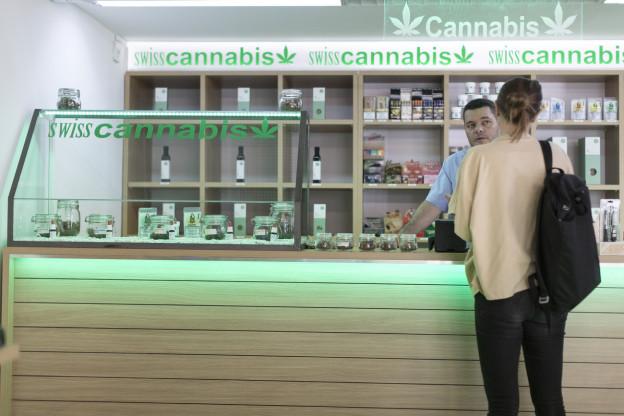 Das Bild zeigt ein Geschäft in Zürich, in dem legal Cannabis verkauft wird.