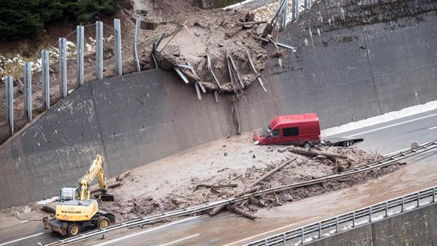 Schlammlawine verschüttete die Autobahn A2 zwischen zwischen der Wilerplanggen und der Ripplistal-Galerie.