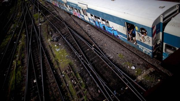 Eisenbahnschiene mit einem Zug.