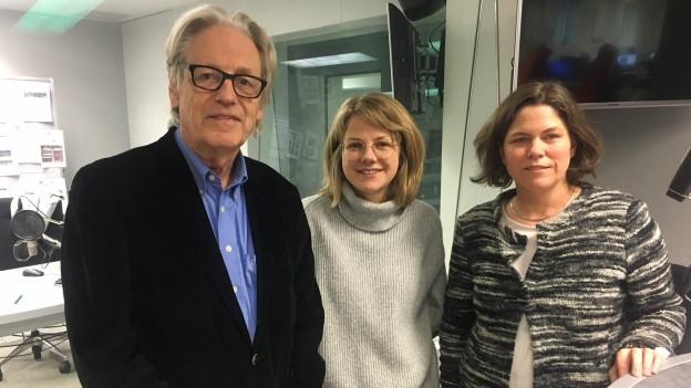 Im Studio von SRF4 News sind von links nach rechts zu sehen: Thomas Held, Charlotte Theile und Michelle Beyeler.