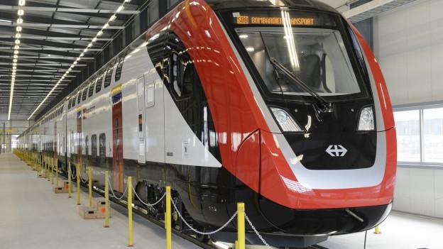 Die Front des neuen Doppelstöckers von Bombardier im Depot, weiss, rot schwarz.