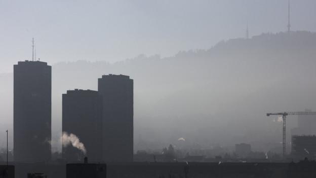 Dunst und Feinstaub hängt über Zürich in der Luft.