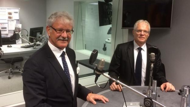 CVP-Ständerat Beat Vonlanthen (links) und sein parteiloser Ratskollege Thomas Minder im Studio von Radio SRF 4 News.