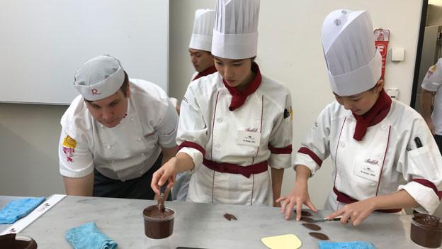Die Fachschule Richemont in Luzern des Schweizer Bäcker und Confiseur-Meister Verbandes gibt regelmässig Bäckerei-Kurse in Japan, und  junge Hotelfachschülerinnen und -schüler kommen auch aus Japan in die Schweiz und lassen sich in einem Grundkurs in die Geheimnisse Schweizer Back- und Confiserie-Kunst einführen.