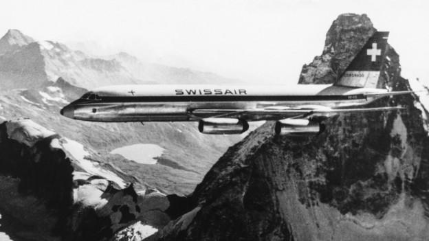 Ein Swissair-Flieger vor dem Matterhorn, Schwarzweiss-Foto.