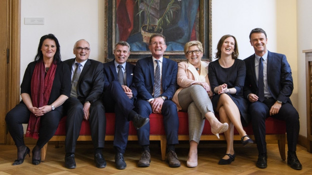 Der neu gewählte Berner Regierungsrat sitzt auf einem Sofa: Christine Häsler, Grüne; Pierre Alain Schnegg, SVP; Christoph Ammann, SP; Christoph Neuhaus, SVP; Beatrice Simon, BDP; Evi Allemann, SP; Philippe Müller, FDP (von links).
