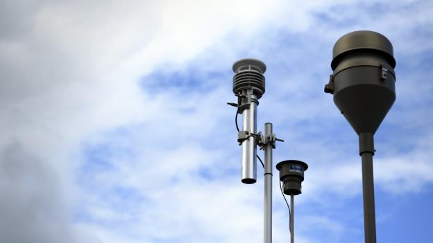 Messstation zur Überprüfung der Luftqualität in Lausanne. Im Hintergrund blauer Himmel mit Schleierwolken.