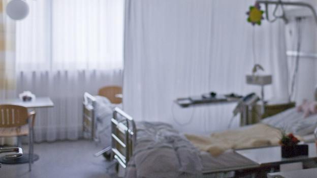 Ein Spitalzimmer mit Bett, Paravan