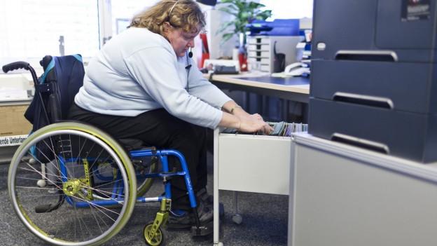 Eine körperlich Behinderte an der Arbeit im Wohn- und Bürozentrum für Körperbehinderte WBZ in Reinach/BL