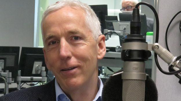 Kurt Pärli im Radiostudio Bern.