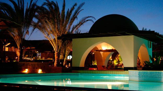 Eine Poolbar des bei Schweizer Touristen beliebten Mövenpick Hotels in El Quseir, Ägypten.