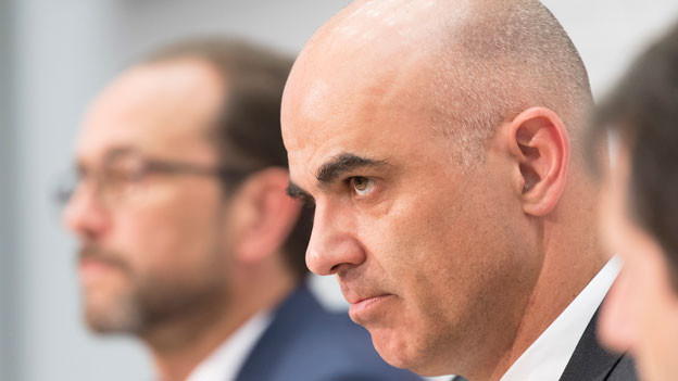 Bundespräsident Alain Berset, rechts, und Pascal Strupler, Direktor Bundesamt für Gesundheit (BAG), links, äussern sich zu mehr Kompetenz für die Kantone bei Zulassungen von Ärztinnen- und Ärzten am 9. Mai 2018 in Bern.
